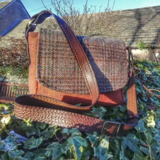 Loving the crisp cold sunshiny days, here's another bag folks 👜 xx . #handbags #baghandmade #handmadebag #handmadebags #handbagdesigner #handbagdesign #designermaker #designer #artisan #creativeindustry #creativesewing #creativesoul #italianleather #italianleatherhandles #harristweedfabric #harristweedhandbags #harristweedauthority #tweedpurse #tweedbag #harristweedbag #rosehip #madeinscotland #madeinangus #scottishwool #scottishdesign